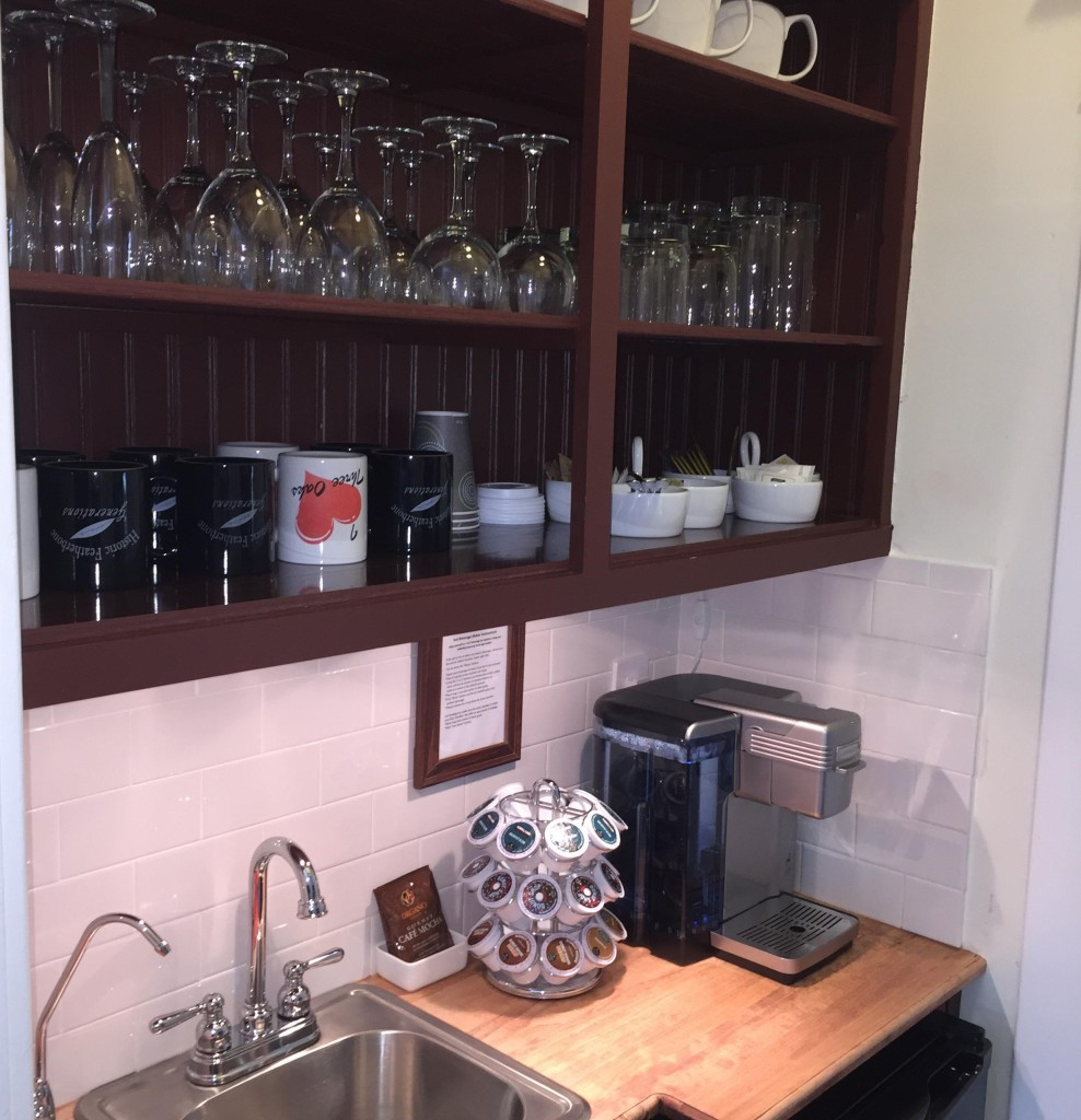 We offer our guests complimentary hot and cold beverages 24/7 from our self-serve beverage pantry. You'll find a selection of fine coffee, tea, soft drinks and filtered water. Refrigeration space, glassware and ice are available as well.